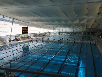 Wettkampfbecken und Einschwimmbecken